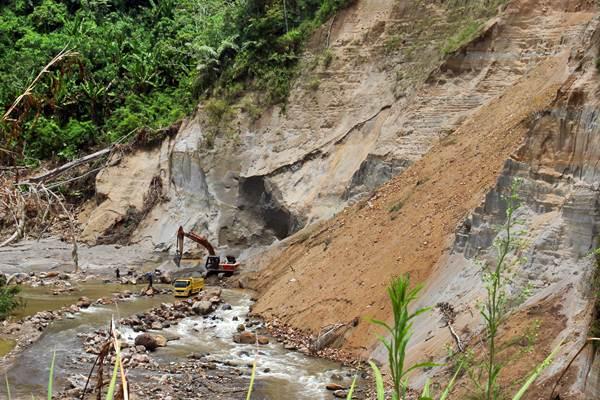 Alat berat dioperasikan di kawasan galian C pedalaman Kecamatan Celala, Aceh Tengah, Aceh, Selasa (28/3). - Antara/Syifa Yulinnas