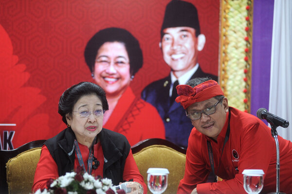 Ketua Umum PDI Perjuangan Megawati Soekarnoputri (kiri) berbincang dengan Sekjen PDI Perjuangan Hasto Kristiyanto, sebelum konferensi pers tentang pengukuhan dirinya sebagai Ketua Umum PDIP periode 2019-2024 dalam Kongres V PDI Perjuangan di Sanur, Denpasar, Bali, Kamis (8/8/2019). Megawati Soekarnoputri terpilih kembali secara aklamasi sebagai Ketua Umum PDI Perjuangan periode 2019-2024. - Antara/Fikri Yusuf