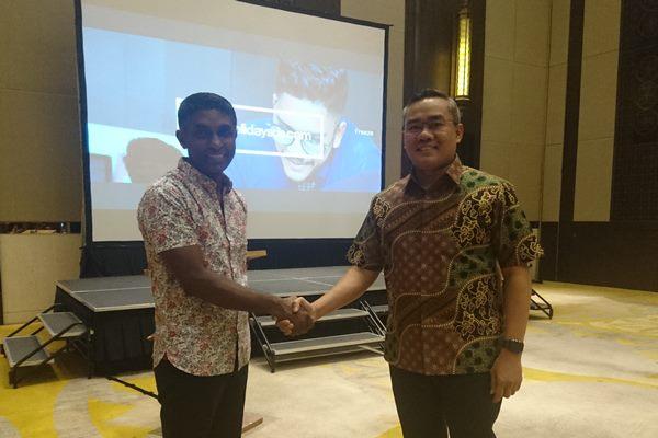 Caption (ki/ka) Managing Director Apple Holidays M.Pradeep Kumar dan Presdir Bayu Buana Agustinus Pake Seko di Kuta