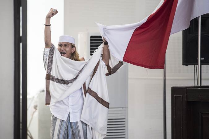 Terdakwa kasus dugaan penganiayaan terhadap remaja Bahar bin Smith memegang bendera merah putih seusai menjalani sidang putusan di gedung Arsip dan Perpustakaan, Bandung, Jawa Barat, Selasa (9/7/2019). - ANTARA/M Agung Rajasa