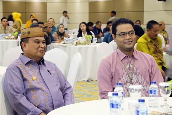 Kepala Perwakilan Bank Indonesia Provinsi Gorontalo Ricky Perdana Gozali (kanan) bersama Wakil Gubernur Gorontalo Idris Rahim (kiri) saat menghadiri pembukaan Pertemuan Tahunan Bank Indonesia Provinsi Gorontalo, Senin (7/1/2019). - Bisnis/Lukas Hendra