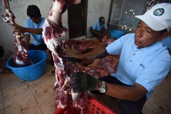 Panitia memotong daging hewan kurban/ANTARA FOTO - Yusran Uccang