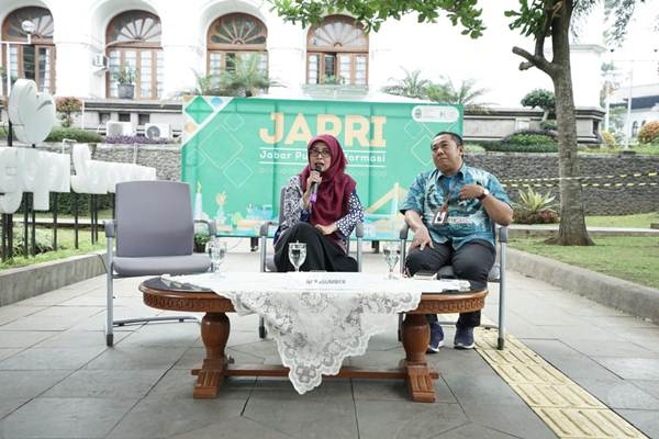 Kepala Bidang Ketenagalistrikan Dinas ESDM Provinsi Jabar, Ai Saidah (kiri). - Bisnis/Wisnu Wage
