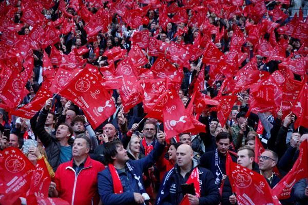 Suporter Ajax Amsterdam, juara bertahan Eredivisie Belanda. - Reuters/Matthew Childs