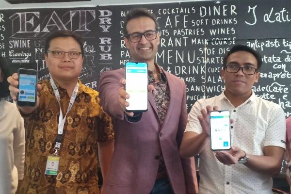 Managing Director Tunaiku Vishal Tulsian (tengah) menunjukkan aplikasi Tunaiku di perangkat smartphone - Bisnis
