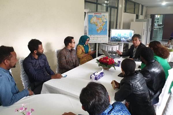 Al Busyra Basnur, Duta Besar RI untuk Ethiopia, Djibouti dan Uni Afrika, berbincang dengan tokoh pemuda Ethiopia. - Istimewa/KBRI Addis Ababa