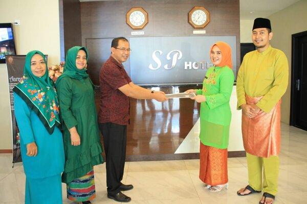 Pegawai Pemkot Batam ketika memberikan surat edaran terkait pemajuan budaya Melayu. - Disbudpar Batam