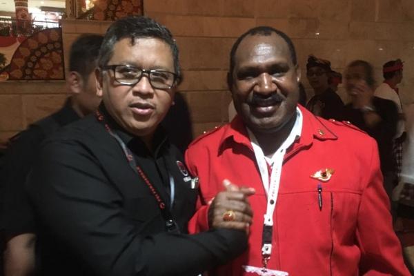 Bupati Puncak Willem Wandik (kanan) dan Sekjen PDIP Hasto Kristiyanto - Bisnis/Lalu rahadian