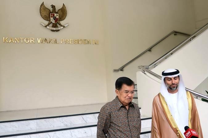 Wakil Presiden Jusuf Kalla bersama Menteri Energi dan Industri Uni Emirat Arab, Suhail Mohamed Al Mazrouei menjawab pertanyaan sejumlah wartawan di Kantor Wapres, Jakarta, Jumat (5/7/2019). - ANTARA/Bayu Prasetyo
