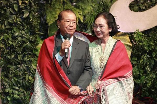 Mendiang Cosmas Batubara saat menjabat Direktur Utama PT Agung Podomoro Land Tbk bersama istri R/Ay. C. Pudyati Hadiwidjana, saat merayakan HUT ke-50 pernikahan di Jakarta, Minggu (7/1). - JIBI/Dwi Prasetya