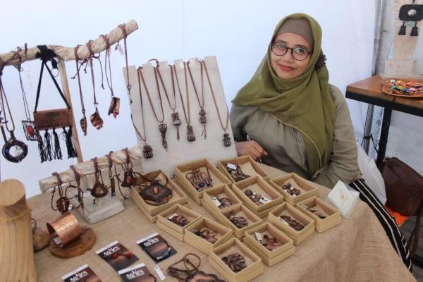 Meta Nuci Ferawati, pemilik brand perhiasan dan aksesori Uparengga menunjukkan ragam produknya, di Dinas Koperasi dan UKM DIY, Jogja, Minggu (4/8)./ Harian Jogja - Kusnul Isti Qomah