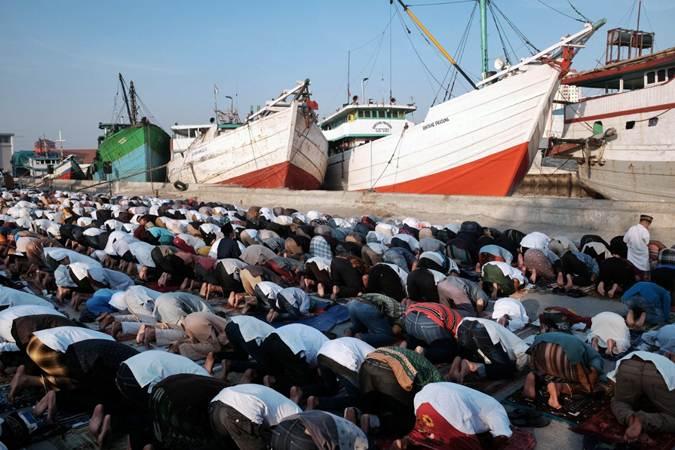 Warga melaksanakan salat di Pelabuhan Sunda Kelapa, Jakarta, Rabu (5/6/2019). - Bisnis/Felix Jody Kinarwan