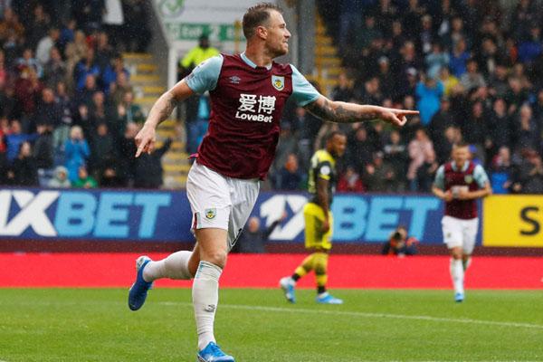 Striket Burnley Ashley Barnes selepas menjebol gawang Southampton. - Reuters/Jason Cairnduff