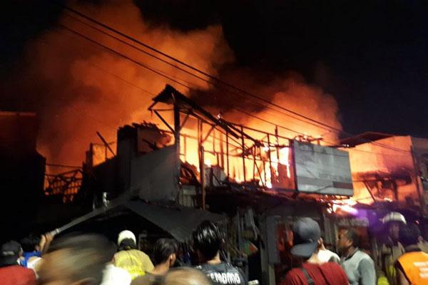 Kebakaran terjadi di Jalan Sabeni Raya, Tanah Abang, Jakarta Pusat, atau yang dikenal dengan nama Pasar Kambing pada malam menjelang Iduladha 1440 Hijriah pada Sabtu (10/8/2019). - Antara-Dinas Penanggulangan Kebakaran & Penyelamatan Provinsi DKI Jakarta