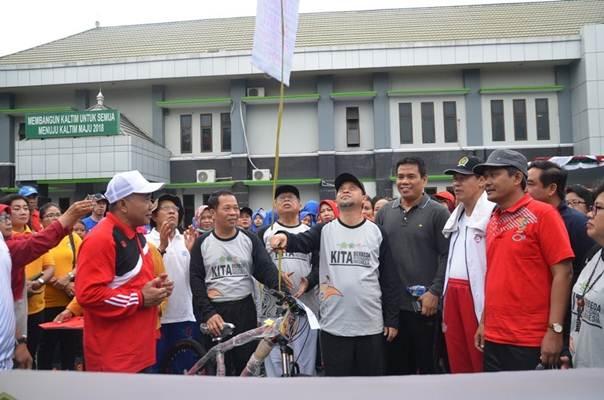 Wakil Gubernur Kaltim Hadi Mulyadi saat melepas peserta Jalan Sehat Kerukunan FKUB, Sabtu (26/1/2019)./https:/ - kaltim.kemenag.go.id/Nop