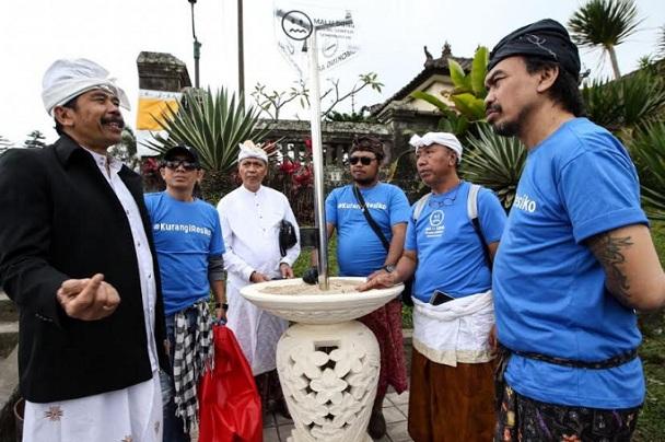 Ketua Parisada Hindu Dharma Indonesia (PHDI)  Bali I Gusti Ngurah Sudiana (kiri) berbincang dengan para pegiat Komunitas Malu Dong dan aktivis lingkungan seusai penempatan asbak besar di Pura Besakih. - Istimewa