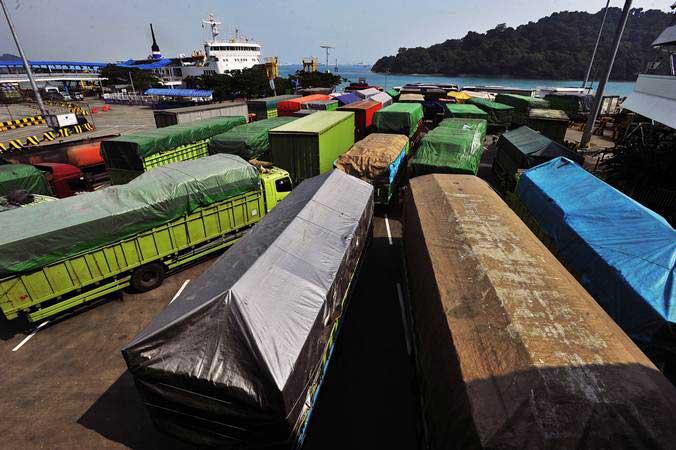 Sejumlah truk yang akan menyeberang ke Sumatra antre sebelum masuk ke kapal roro di Pelabuhan Merak, Banten, Minggu (26/5/2019). - ANTARA/Asep Fathulrahman