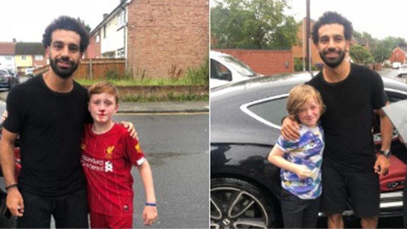 Mohamed salah berfoto bersama Louis Fowler (kiri) dan Isaac Fowler. - Twitter.com/joecooper93