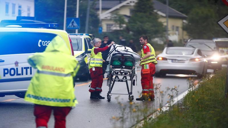 Kru darurat terlihat dekat tandu setelah penembakan di masjid Al-Noor, dekat Oslo, Norwegia 10 Agustus 2019. - Reuters