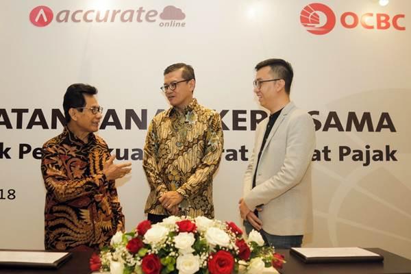 Direktur Bank OCBC NISP Andrae Krishnawan (tengah) berbincang bersama Ketua Umum Ikatan Konsultan Pajak Indonesia (IKPI) Mochamad Soebakir (kiri) dan CEO CPSSoft (Accurate Online) Yoseph Stephen, seusai penandatanganan kerja sama untuk Pembukuan Akurat & Taat Pajak, di Jakarta, Rabu (23/5/2018). - JIBI/Felix Jody Kinarwan
