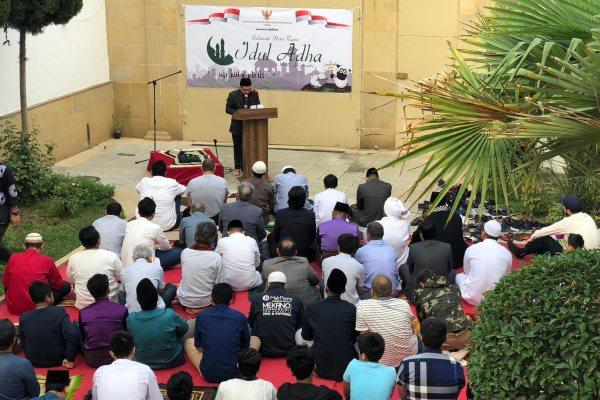 WNI dan umat muslim dari sejumlah negara menggelar Salat Ied di Wisma Indonesia, KBRI Baku, Azerbaijan. - KBRI Azerbaijan