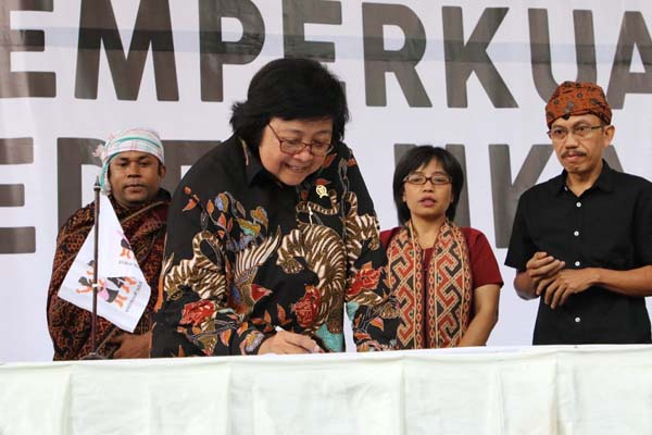 Menteri Lingkungan Hidup dan Kehutanan Siti Nurbaya Bakar mewakili Presiden Jokowi menghadiri Perayaan 20 tahun Aliansi Masyarakat Adat Nusantara (AMAN) dan Peringatan Hari Masyarakat Adat Internasional 9 Agustus bertempat di Taman Ismail Marzuki Jakarta, Sabtu (10/8/2019). - Istimewa