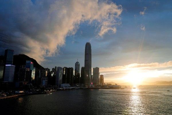 Deretan gedung pencakar langit di kawasan bisnis Hong Kong menjelang terbenamnya matahari, Kamis (13/6/2019). - Reuters/Tyrone Siu