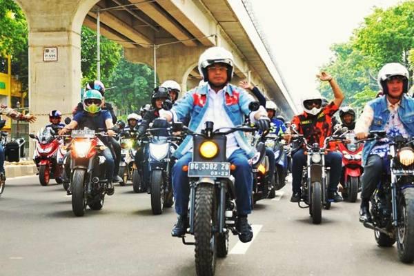 Menteri Perhubungan Budi Karya Sumadi mengendarai sepeda motor dalam kegiatan Milenial Safety Riding bersama komunitas biker di Palembang. - Istimewa