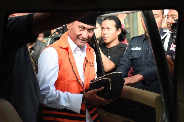 Tersangka terkait dugaan kasus suap pengisian jabatan perangkat daerah Pemerintah Kabupaten Kudus tahun 2019, Bupati Kudus 2018-2023 Muhammad Tamzil (kiri) memasuki mobil yang akan membawa ke penjara usai menjalani pemeriksaan di Gedung KPK, Jakarta, Sabtu (27/7/2019). - ANTARA FOTO/M. Risyal Hidayat