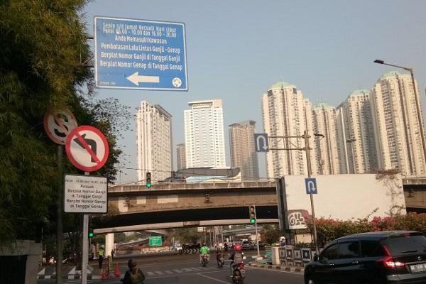 Sejumlah pengendara melintas di Jalan Tomang Raya yang masuk ruas ganjil-genap di Jakarta Barat, Senin (12/8/2019). - Antara