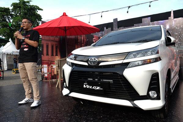 Deputy General Manager Marketing Planning PT Toyota-Astra Motor Andri Widiyanto menyampaikan sambutan sebelum melepas konvoi pengendara Avanza Veloz