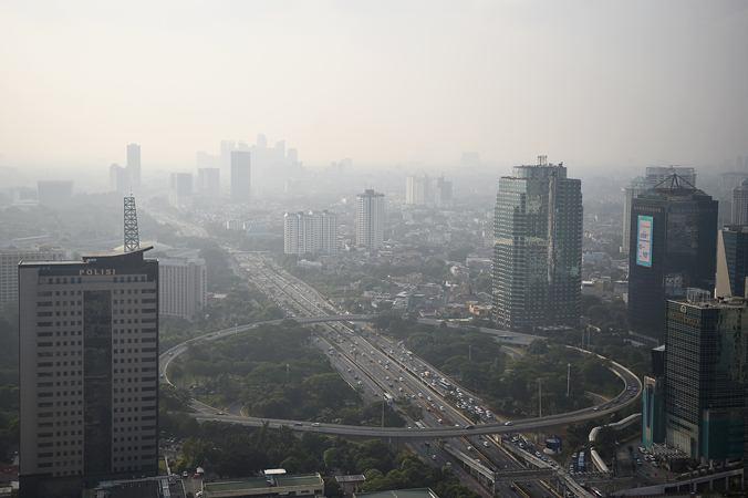 Gedung bertingkat tersamar kabut polusi udara di Jakarta, Senin (8/7/2019). Berdasarkan data