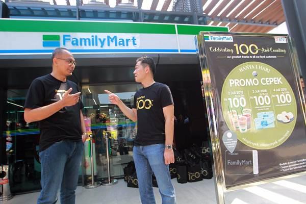 CEO FamilyMart Wirry Tjandra (kanan) berbincang dengan Retail Head Operation Gunung Tjahyaputra, di sela-sela pembukaan gerai ke-100 di Jakarta, Selasa (3/7/2018). - JIBI/Dwi Prasetya