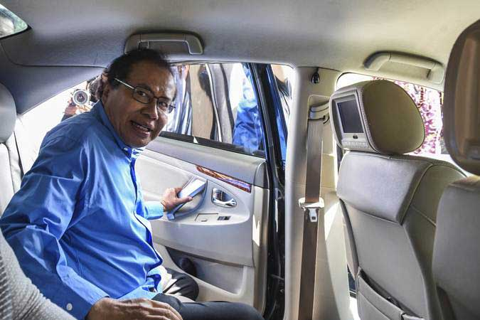 Mantan Menko Kemaritiman Rizal Ramli berada di dalam kendaraannya usai memenuhi panggilan KPK sebagai saksi terkait kasus BLBI di gedung KPK, Jakarta, Jumat (19/7/2019). - ANTARA/Muhammad Adimaja
