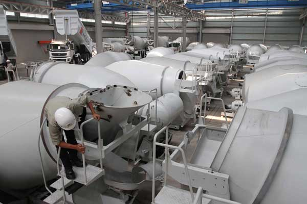 Aktivitas karyawan di pabrik karoseri truk di kawasan industri Bukit Indah City, Purwakarta, Jawa Barat, Kamis (13/2). - Bisnis.com/NH