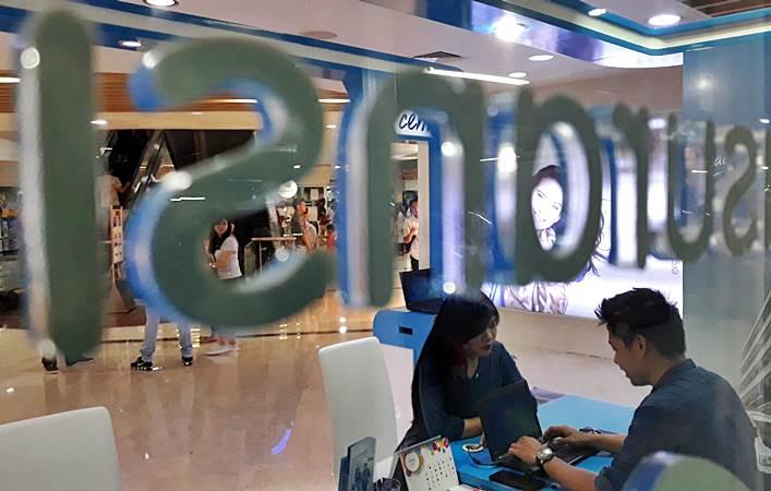 Karyawan melayani calon nasabah di gerai perusahaan asuransi di salah satu pusat perbelanjaan, di Jakarta, Sabtu (28/4/2019). - Bisnis/Endang Muchtar