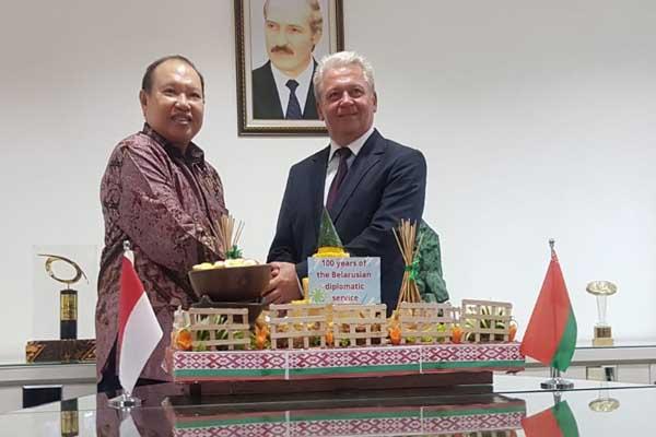 Duta Besar Republik Belarus untuk Indonesia, H.E. Valery Kolsenik (kanan) dan Konsul Kehormatan Belarus di Indonesia, Darmawan Utomo (kiri) saat merayakan 100 years of Belarusian Diplomatic Service, di Surabaya, Senin (12/8 - 2019).