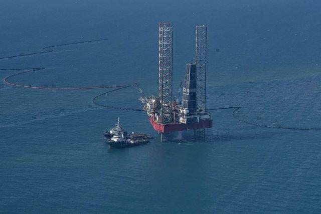 Penanganan tumpahan minyak di laut utara Karawang. - Istimewa