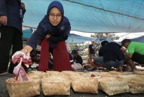 Pembagian daging kurban menggunakan besek - Bisnis/Dea Andriyawan