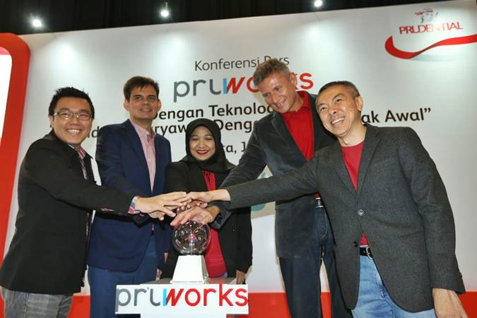 Presiden Direktur PT Prudential Life Assurance (Prudential Indonesia) Jens Reisch (kedua kanan), Chief Financial Officer Nick Holder (kedua kiri), Chief Marketing Officer Luskito Hambali (kanan), Head of Group Underwriting, Operations & Services Rika I. Rustam (tengah) dan Head of Product Development Himawan Purnama saat peluncuran PRUWorks untuk UMKM di Jakarta, Rabu (19/6/2019). - Bisnis/Nurul Hidayat