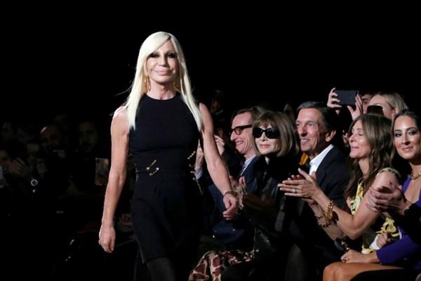 Donatella Versace berjalan di catwalk setelah presentasi Versace di New York, 2 Desember 2018. - REUTERS / Allison Joyce
