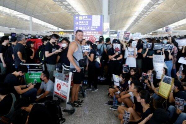 Penumpang di Bandara Hong Kong, Senin (12/8/2019). - Reuters/Tyrone Siu