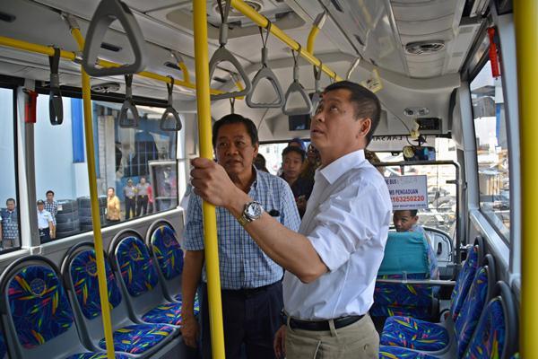 Menteri Perhubungan Ignasius Jonan (kanan) di dalam bus rapid transit (BRT) di Ungaran, Kab. Semarang, Jateng. - Antara/R. Rekotomo