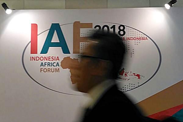 Peserta melintas di depan logo Indonesia-Africa Forum 2018, di Bali Nusa Dua Convention Center, Selasa (10/4/2018). - JIBI/Pamuji Tri Nastiti