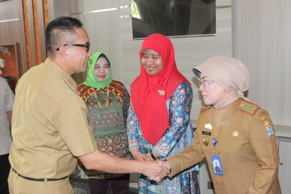 Asisten III Bidang Pemerintahan Kota Palembang, Agus Kelana (kiri) saat menerima tim penilai KKS. - Istimewa
