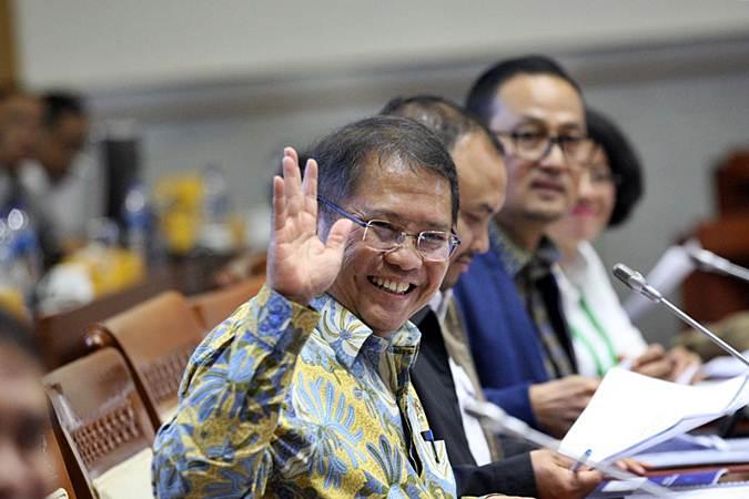 Menteri Komunikasi dan Informatika Rudiantara melambaikan tangan ke awak media sebelum rapat kerja dengan Komisi I DPR, di Jakarta, Senin (22/7/2019). - Bisnis/Dedi Gunawan