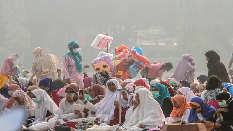 Umat muslim mendengarkan ceramah usai melaksanakan Sholat Idul Adha di halaman Masjid Raya Annur dengan kondisi kabut asap karhutla yang menyelimuti Kota Pekanbaru, Riau, Minggu (11/8/2019). - Antara