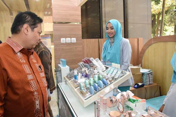 Menteri Perindustrian Airlangga Hartarto melihat produk kosmetik produksi dalam negeri yang dipamerkan di lobi gedung Kementerian Perindustrian, Rabu (3/7/2019). - Foto Kemenperin