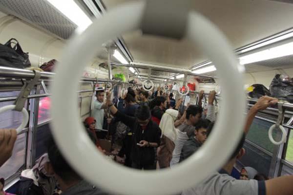 Penumpang berada di dalam Kereta Rel Listrik (KRL) Commuter Line, Jakarta, Minggu (23/7/2017). - Antara/Muhammad Adimaja