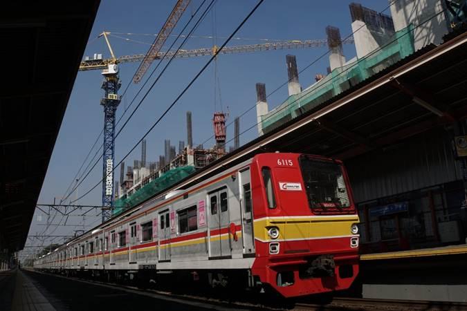 Kereta rel listrik (KRL) Commuterline melintas di Stasiun Tanjung Barat yang berdekatan dengan lokasi pembangunan Transit Oriented Development (TOD) atau rumah susun terintegrasi dengan sarana transportasi di Jakarta, Kamis (11/7/2019). - Bisnis/Himawan L Nugraha